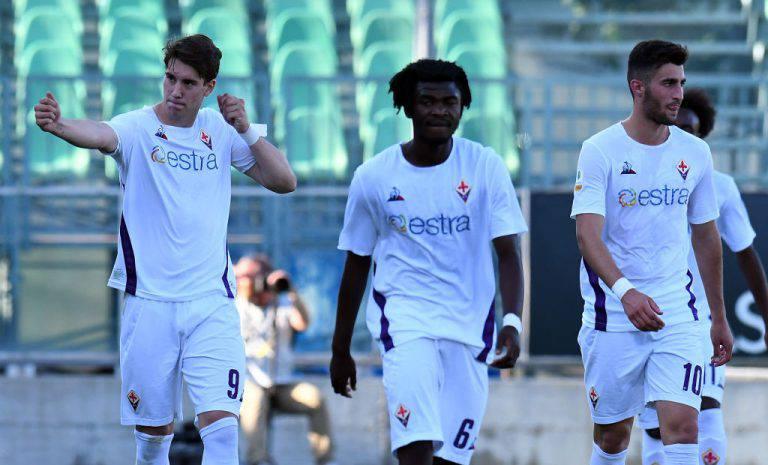 Dusan Vlahovic mostra la sua tipica esultanza nella Primavera della Fiorentina