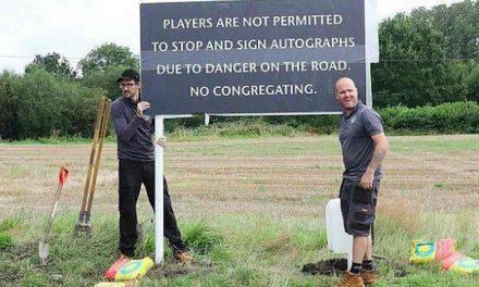 """Manchester United, cartellone di protesta: """"Ai giocatori non è permesso fermarsi per autografi"""""""