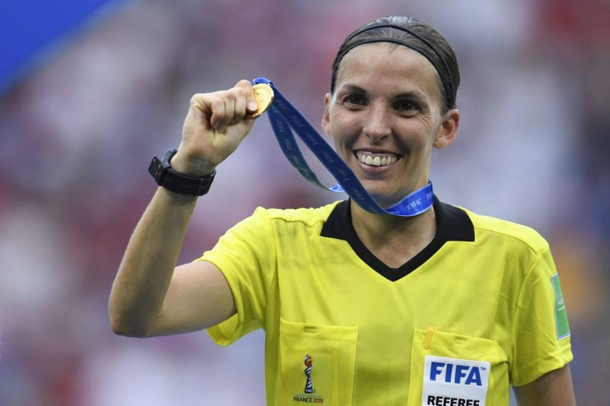 Stephanie Frappart: chi è l'arbitro di Liverpool-Chelsea, finale di Supercoppa Europa