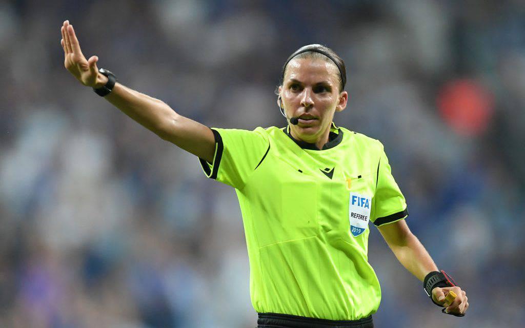Stephanie Frappart e il rigore in Liverpool-Chelsea, social divisi sull'arbitraggio