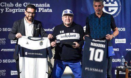 """Maradona al Gimnasia: """"Daremo la vita per i tifosi"""", bagno di folla a La Plata"""