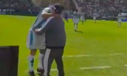 Maradona, stop e tunnel a Cvitanich. In Argentina pazzi per Diego | VIDEO