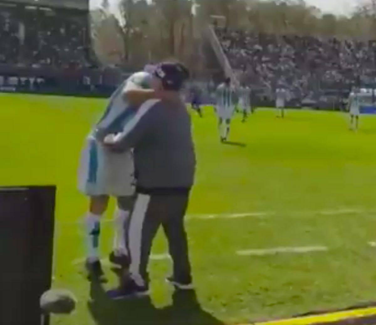 Maradona tunnel a Cvitanich e poi l'abbraccio