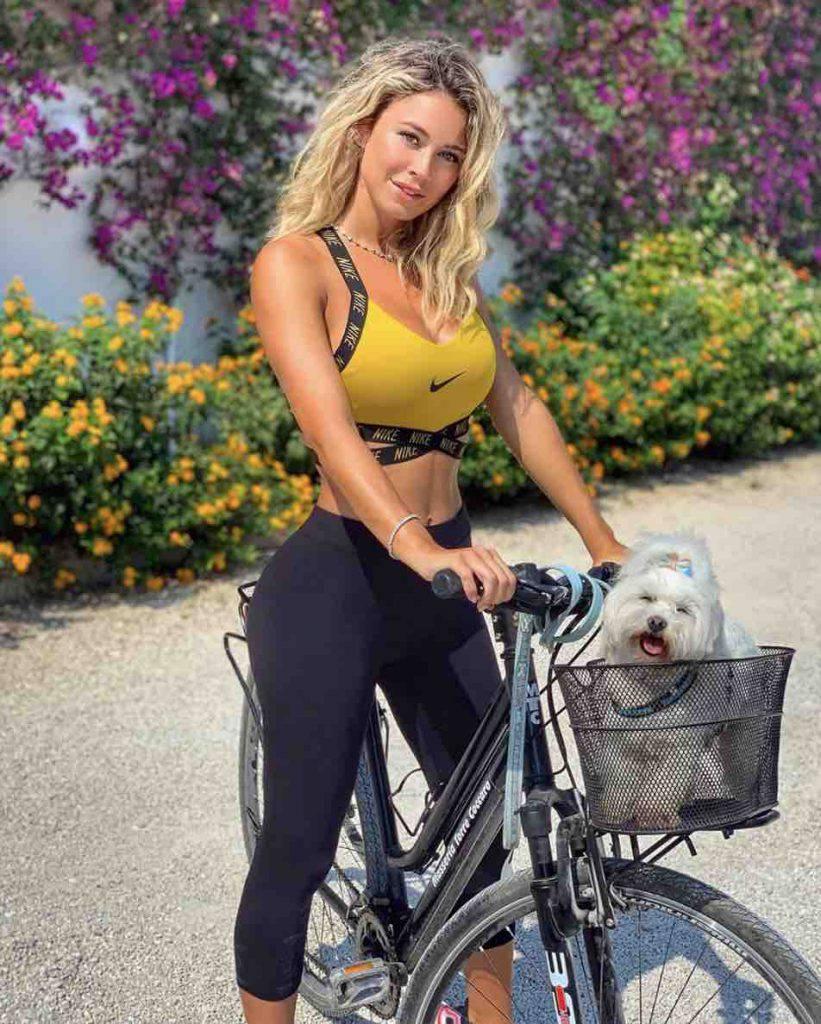 Diletta Leotta Bici con cagnolino