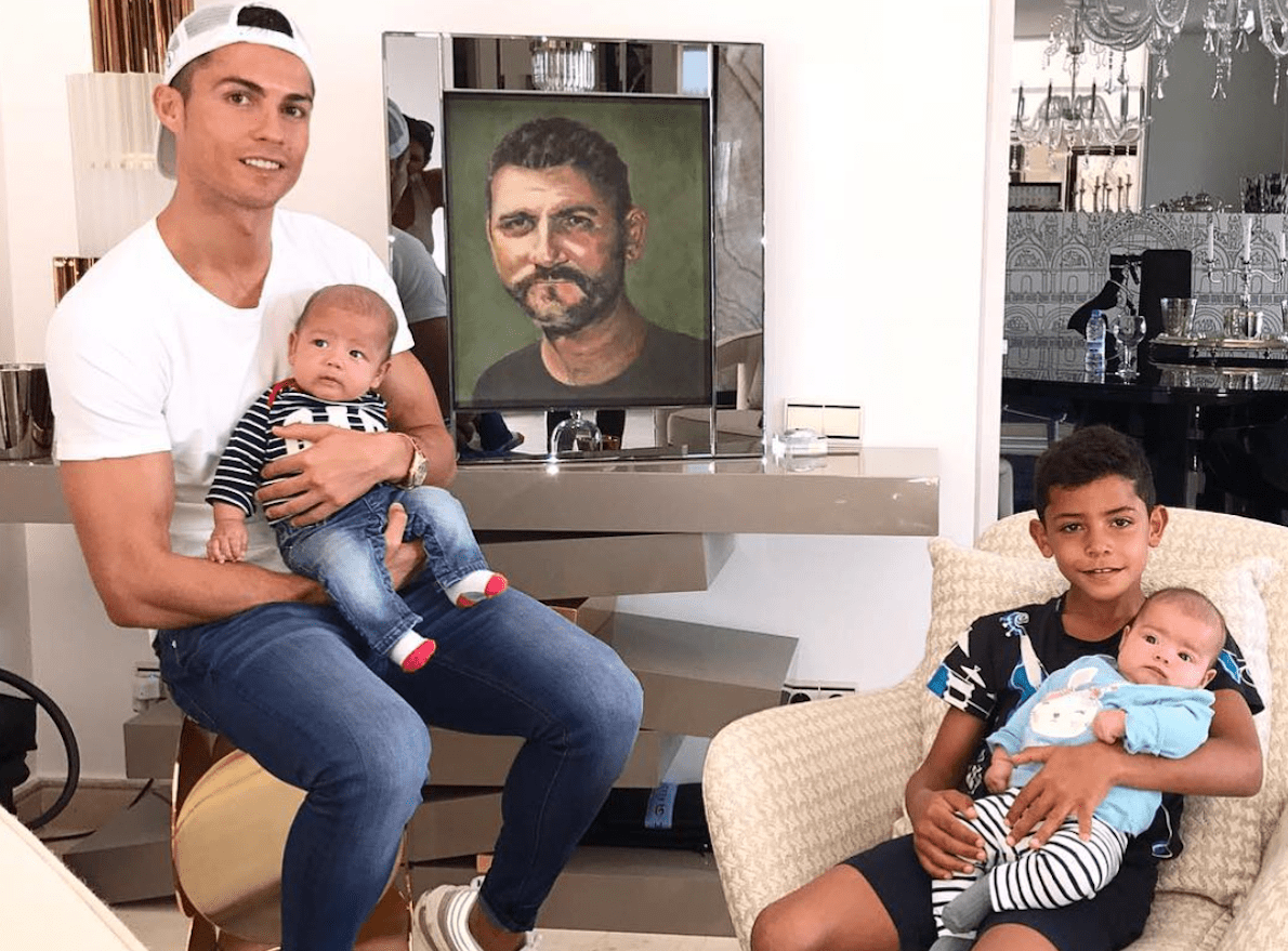 Cristiano Ronaldo con i figli e una foto del padre