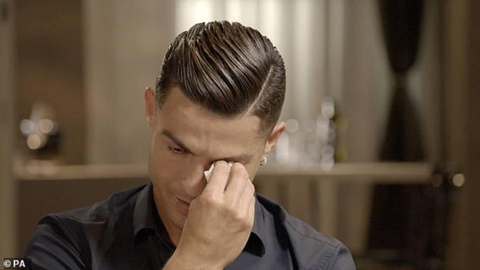 Cristiano Ronaldo piange in un'intervista alla tv britannica