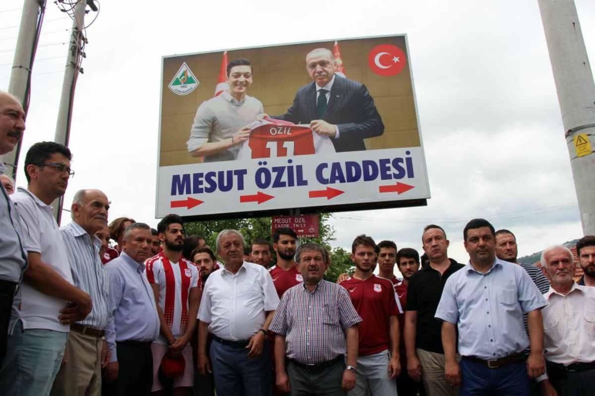Under e Demirel come Ozil, lo sport turco per Erdogan. Ma c'è chi dice no