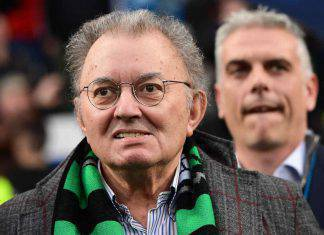 L'omaggio dei tifosi del Sassuolo al presidente Giorgio Squinzi dopo la sua morte