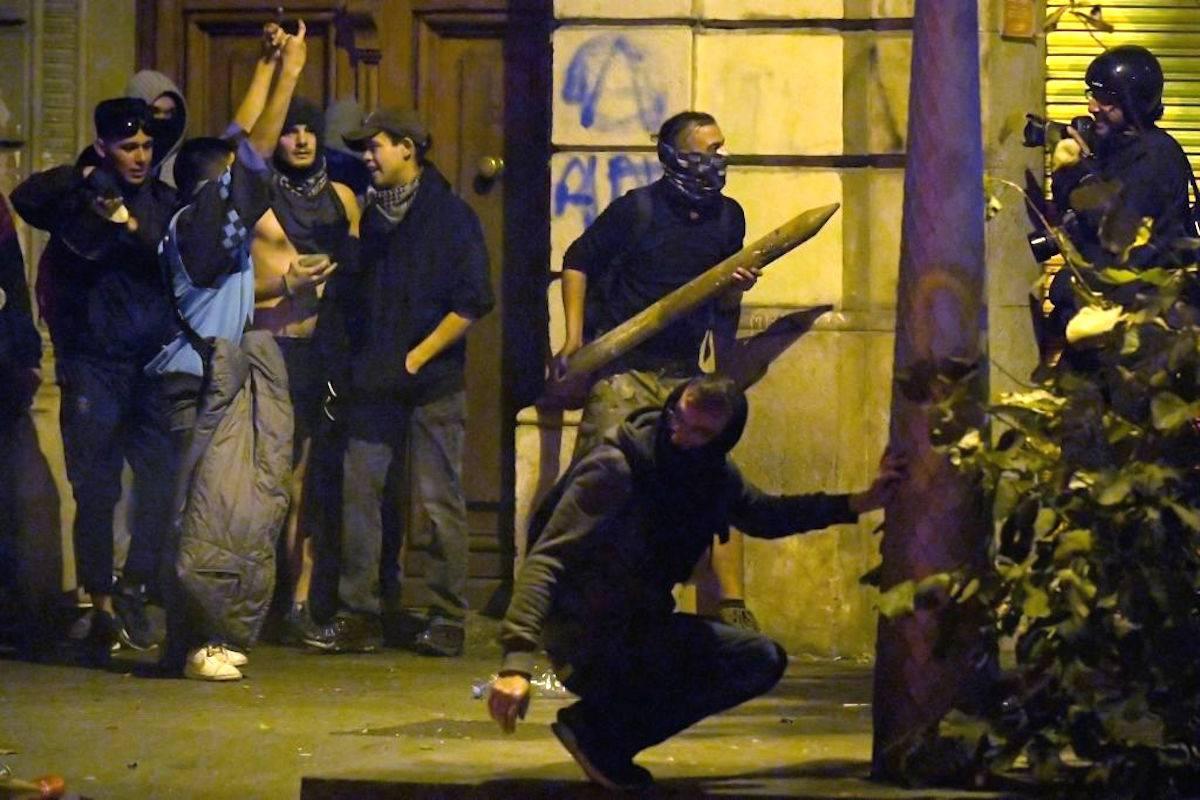 Foto generica scontri tifosi