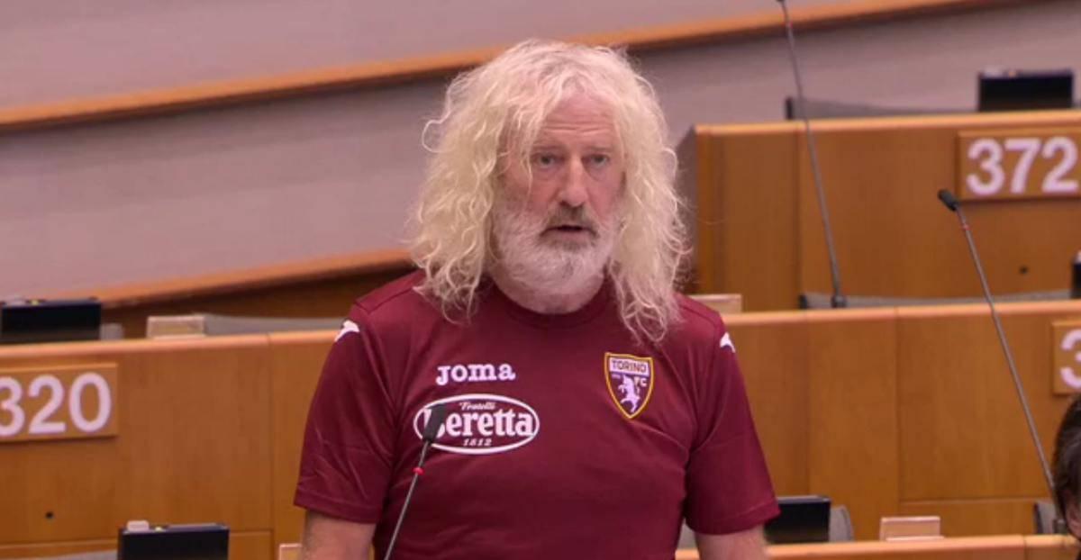 Con la maglia del Torino al Parlamento europeo, Mick Wallace stupisce l'Aula