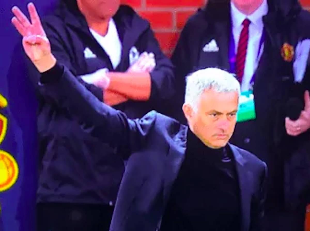 Mourinho gesto triplete ai tifosi della Juventus