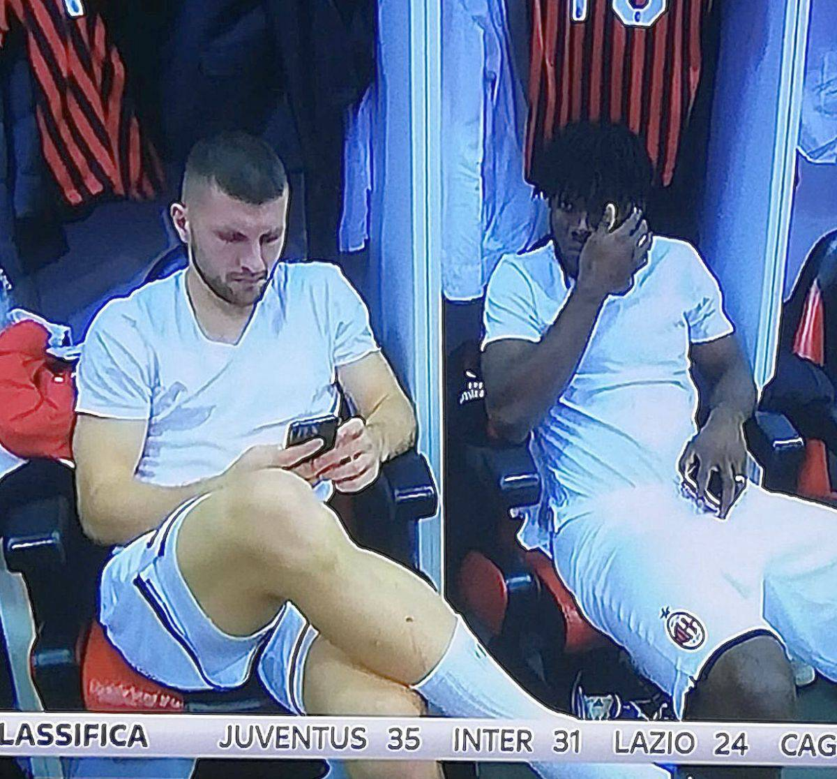 Milan, Rebic e Kessie con lo smartphone prima della partita. Rabbia dei tifosi sui social @fra_macri