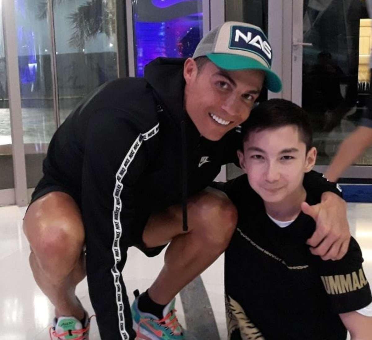 Cristiano Ronaldo gioca con un bambino senza gambe. Gesto commuovente