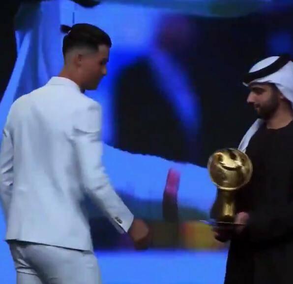Cristiano Ronaldo cambia look, sfoggia un codino