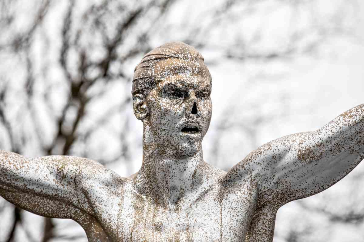 Nuovi atti vandalici sulla statua di Ibrahimovic