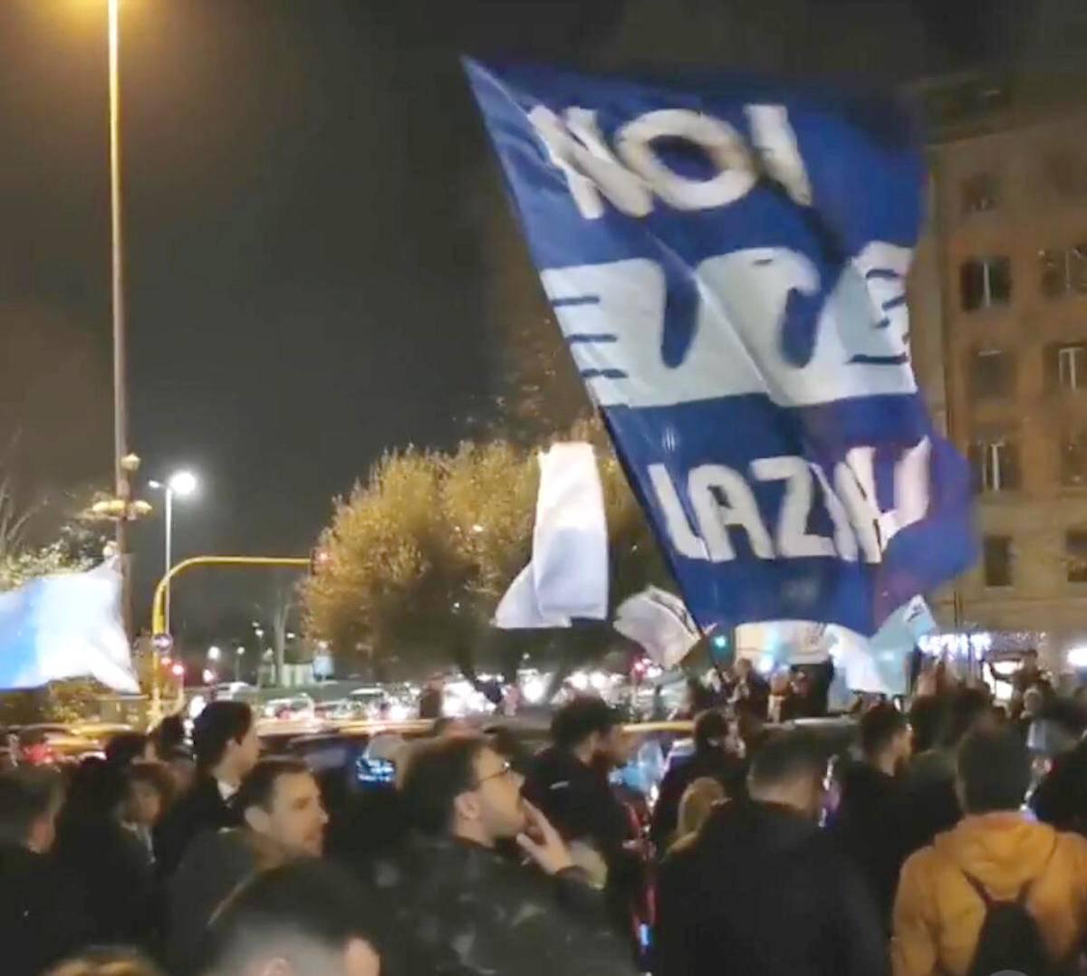 Lazio, alba coi tifosi in festa all'aeroporto per la Supercoppa VIDEO