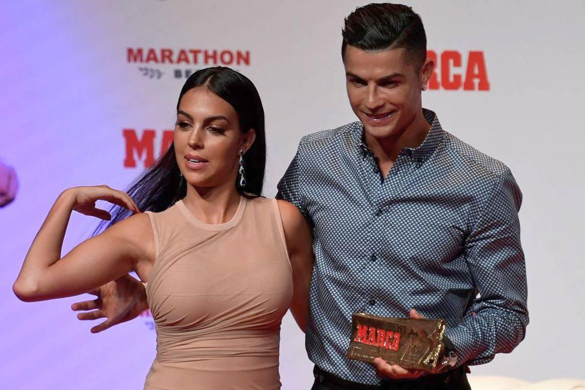 Ronaldo in palestra, Georgina in piscina: e ha qualcosa da far vedere VIDEO