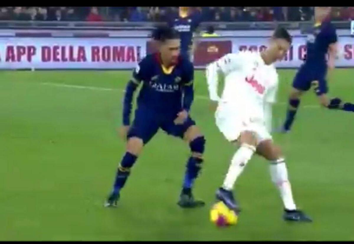 Cristiano Ronaldo-Smalling: il portoghese beffa il romanista. Esaltazione social | VIDEO