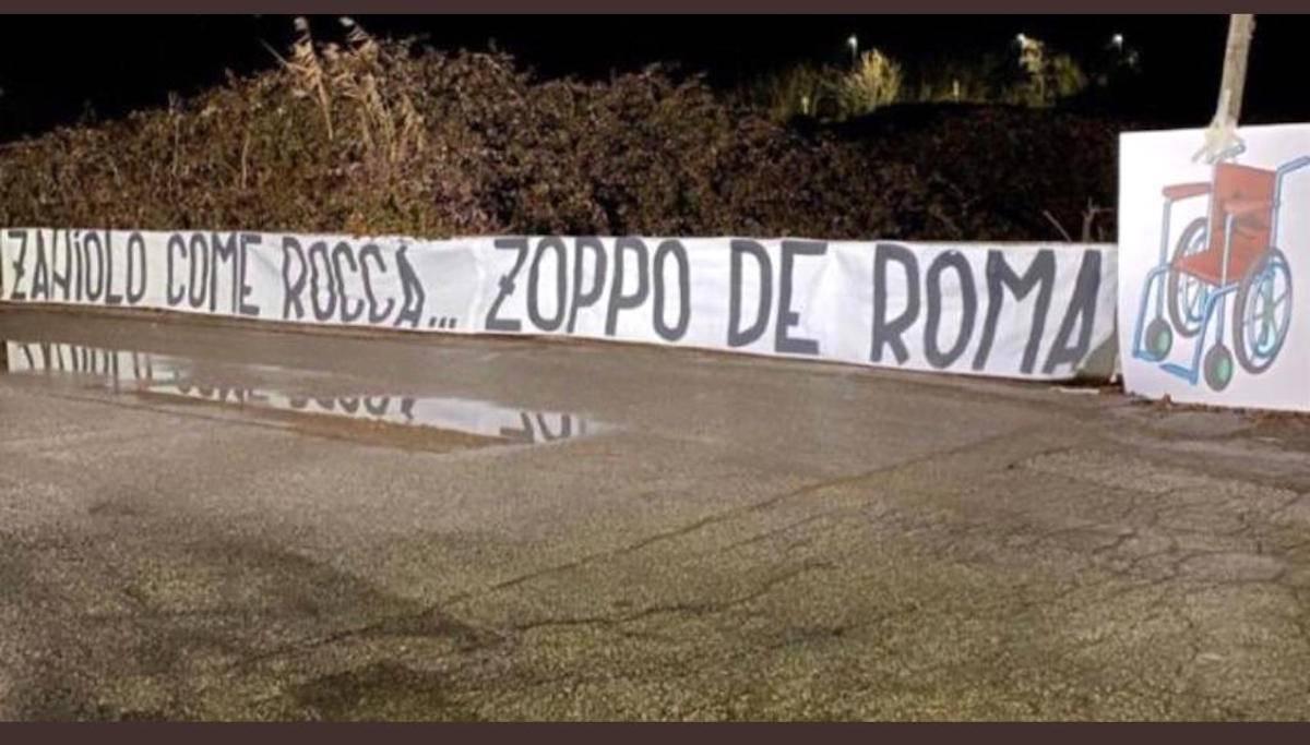 Striscione dei laziali contro Zaniolo a Trigoria: