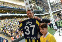 Fenerbahçe, che rissa tra il presidente e i tifosi - VIDEO