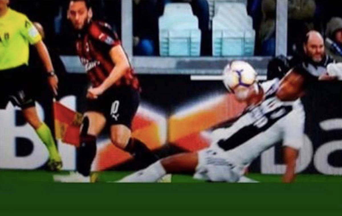 Milan-Juventus, Calhanoglu polemico: ricorda il mani di Alex Sandro