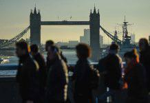 Balletto dei poliziotti inglesi sulle note di Stayin Alive per invitare le persone a restare a casa