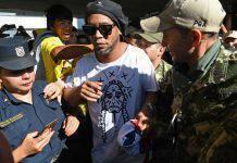 """Ronaldinho ancora in carcere: è in pericolo. L'amico preoccupato: """"Sta male"""""""