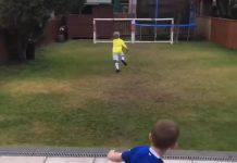 Bambino inglese imita le prodezze dei campioni calcistici