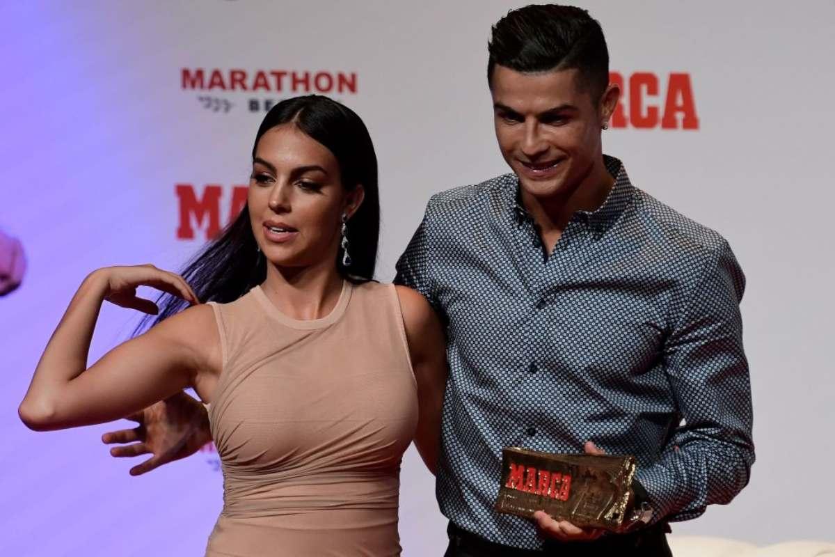 Georgina mette all'asta maglia di Ronaldo: a chi andrà la donazione