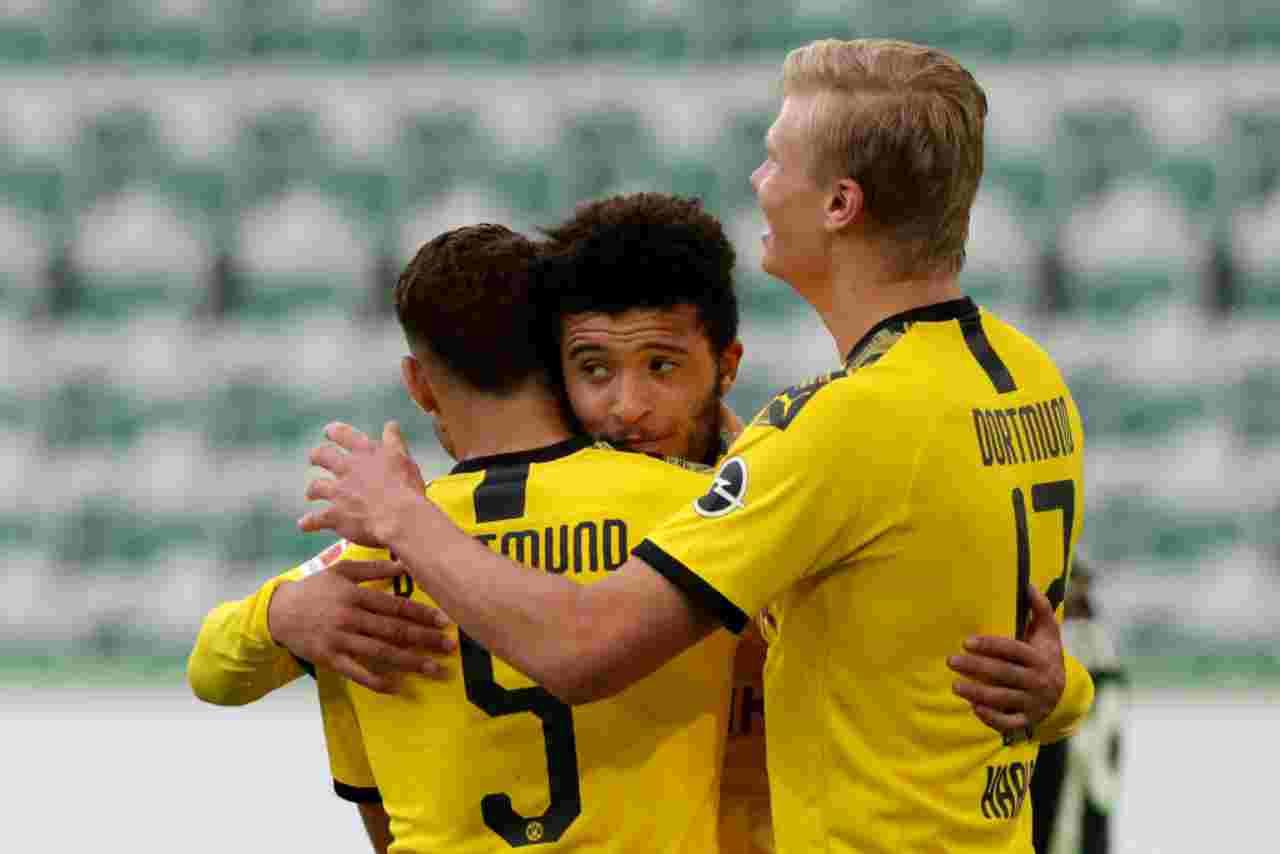 Borussia Dortmund: Haaland, Hakimi e Sancho si abbracciano dopo il gol del 2-0 al Wolfsburg