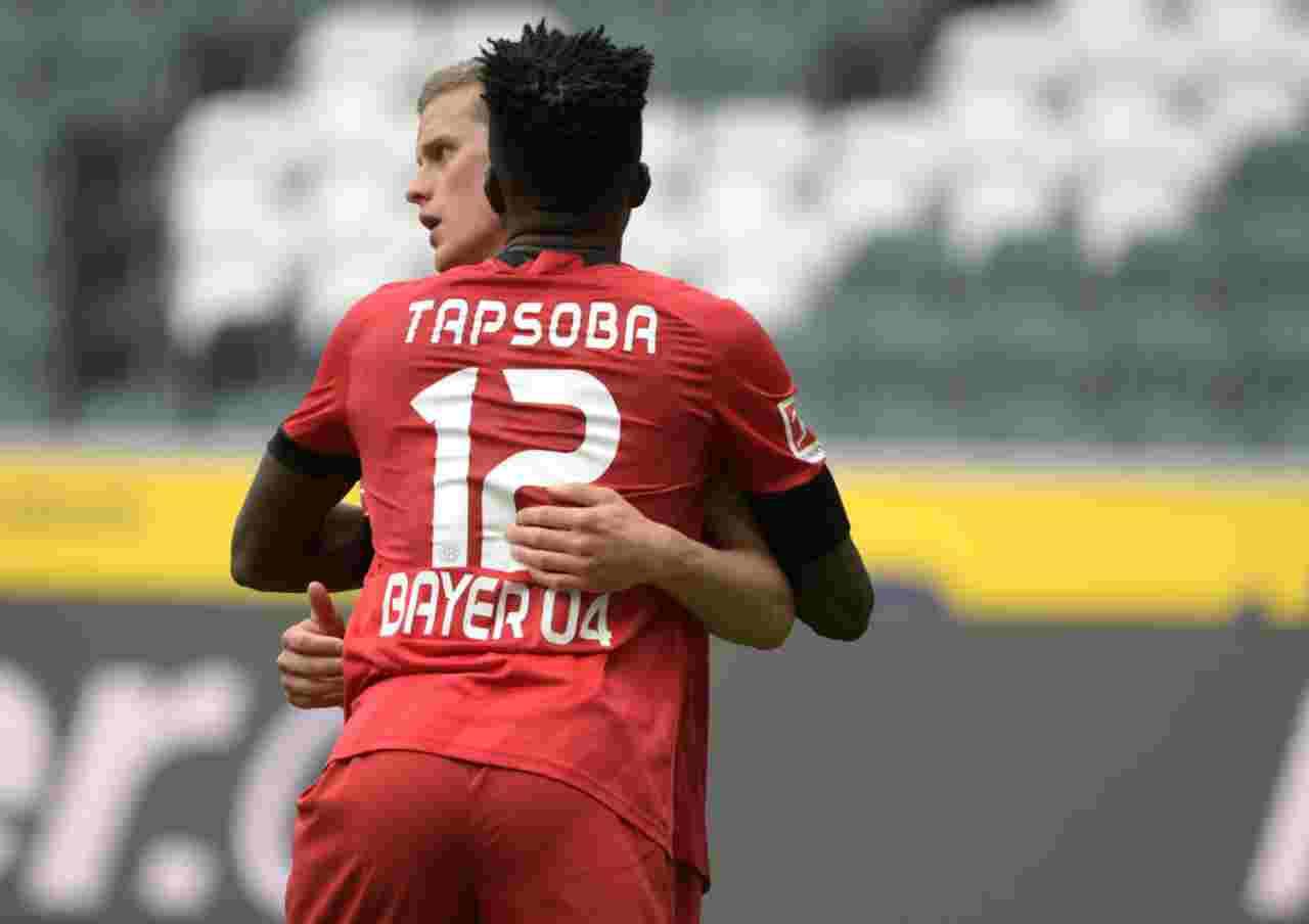 Tapsoba abbraccia Bender che festeggia il gol del 3-1 del Bayer Leverkusen