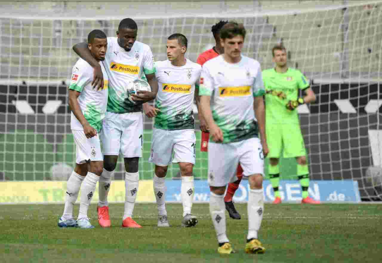 Borussia Monchenglkadbach, abbraccio a Thuram dopo il pareggio