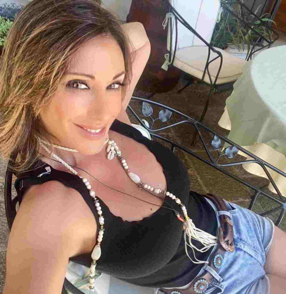 Sabrina Salerno, décolleté incontenibile nella prova costume (Instagram)