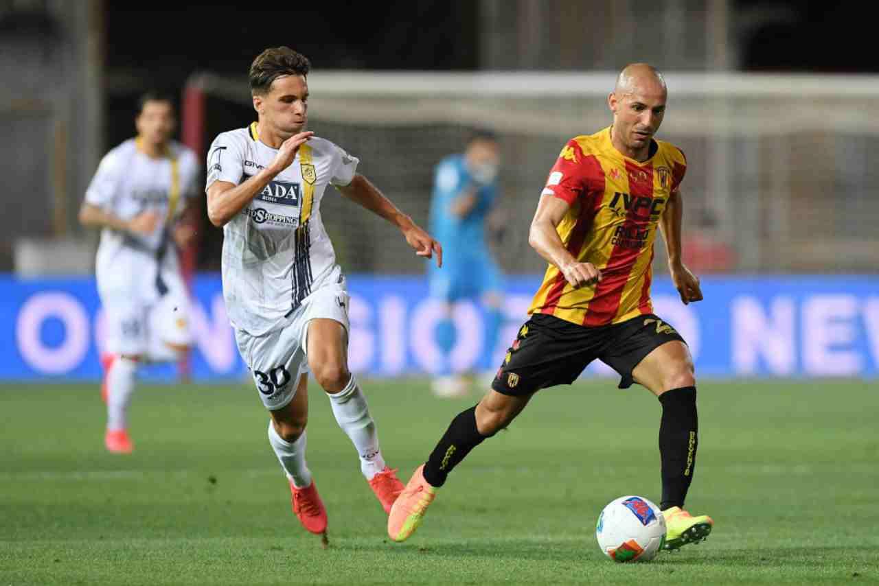 Il Benevento, in 10 dal 25', batte la Juve Stabia e si assicura la promozione in Serie A. Miglior attacco, miglior difesa, è matematicamente primo in classifica