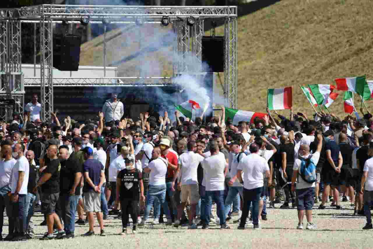 Scontri al Circo Massimo di Roma tra ultras e Polizia. Aggrediti i giornalisti