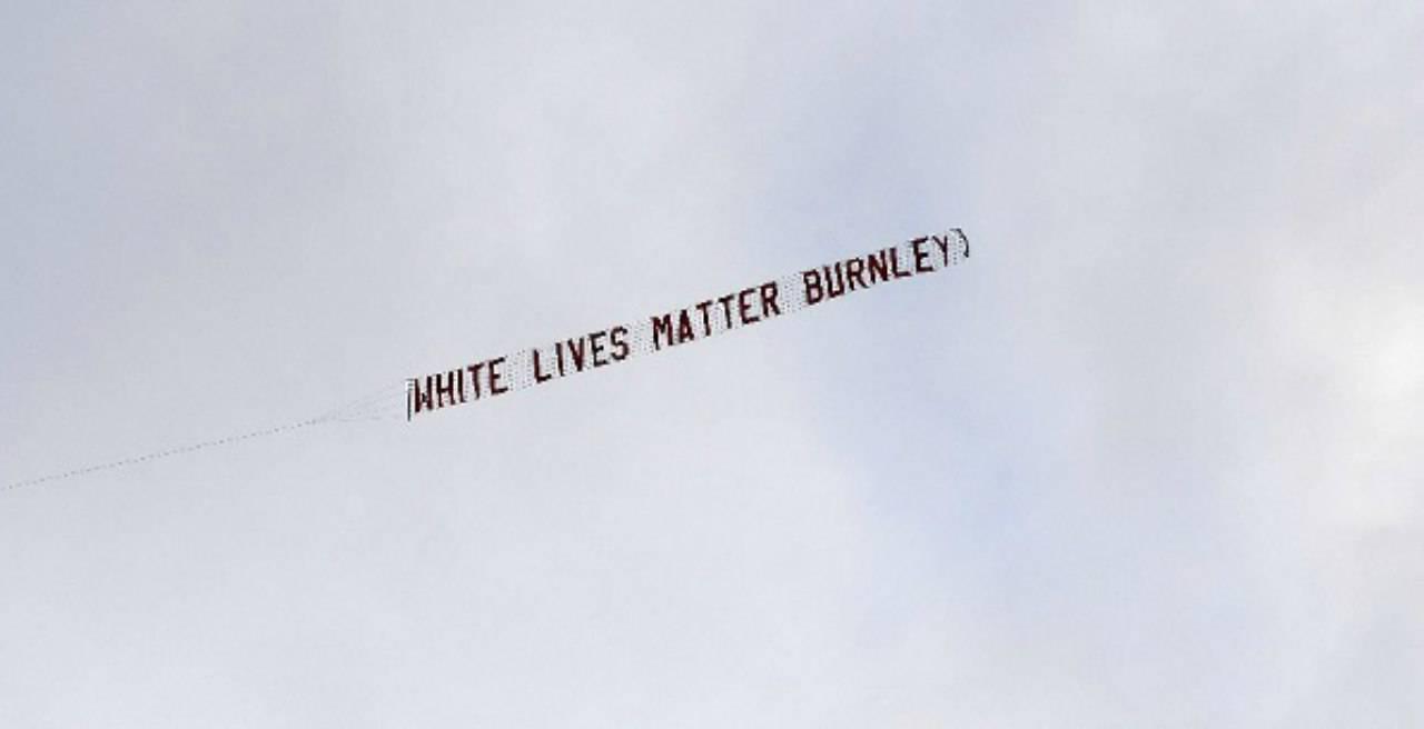 """Burnley, caos per lo striscione """"White Lives Matter"""": la reazione del club"""