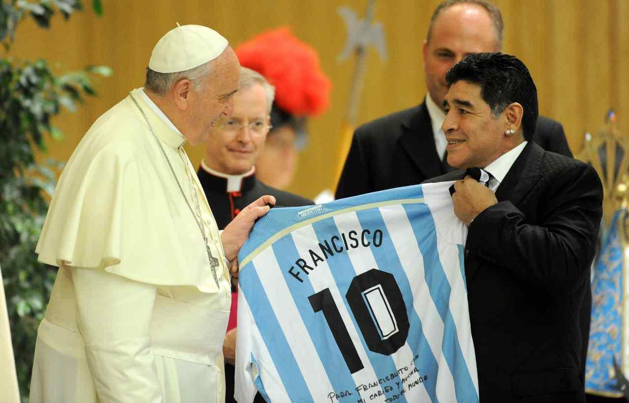 Il campione argentino consegna una maglia celebrativa a Papa Francesco