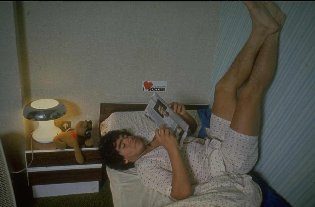 Una rara immagine di Maradona a casa, datata 1980 (Getty Images)