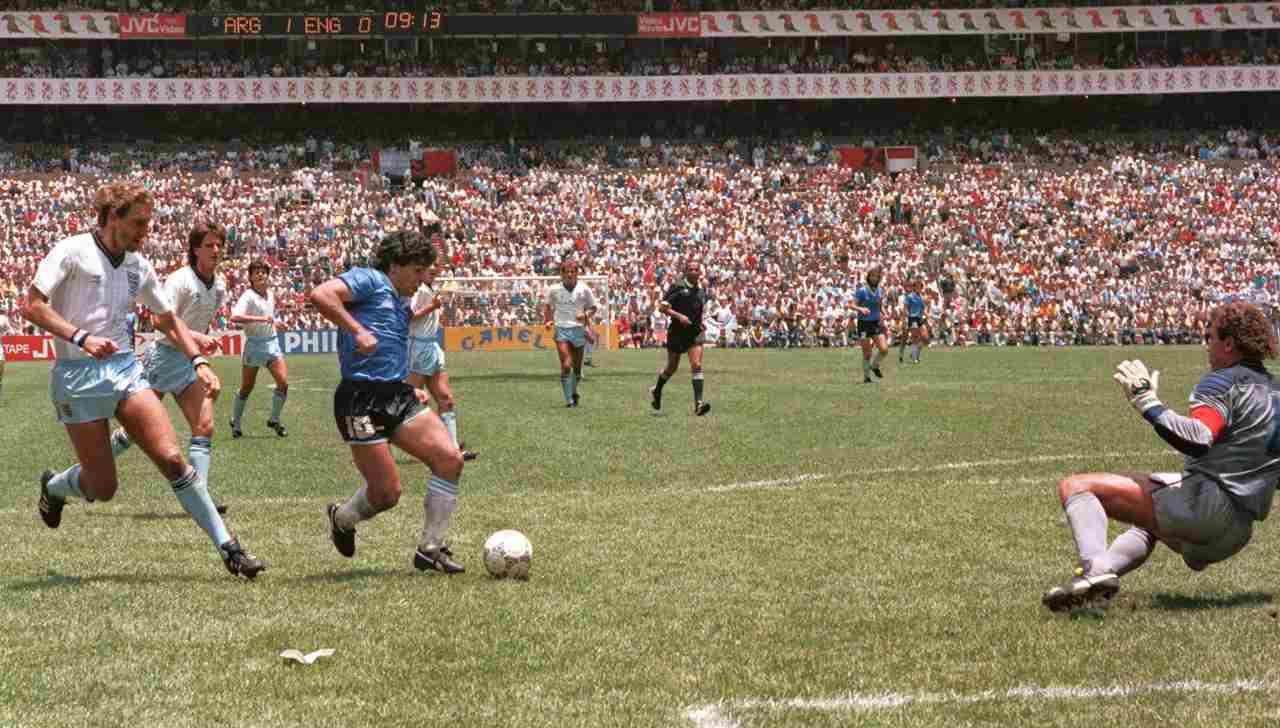 Maradona segna il gol del secolo