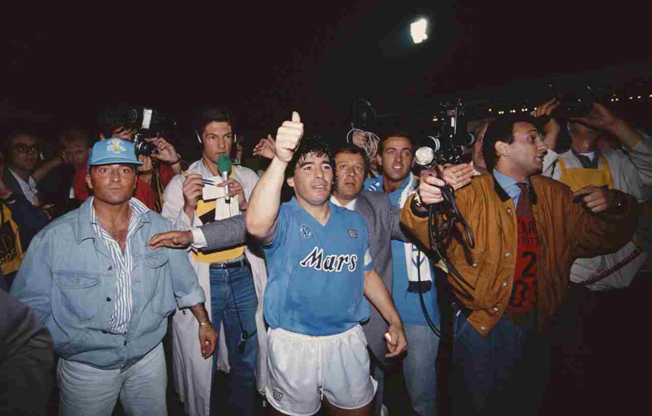 Maradona alza la Coppa UEFA\