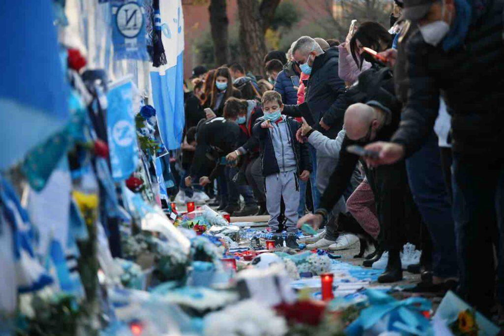 Maradona, il deprecabile gesto di un operatore funebre (Getty Images)