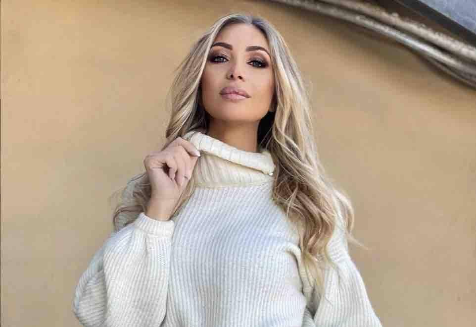 Laura Cremaschi, il décolleté mozzafiato irretisce i fan (Instagram)