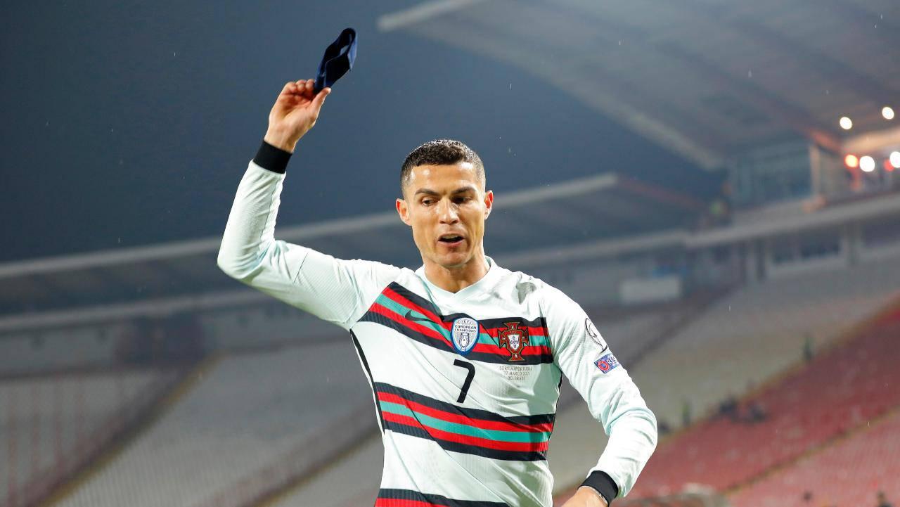 Serbia Portogallo, Cristiano Ronaldo getta la fascia dopo il gol fantasma (foto Getty)