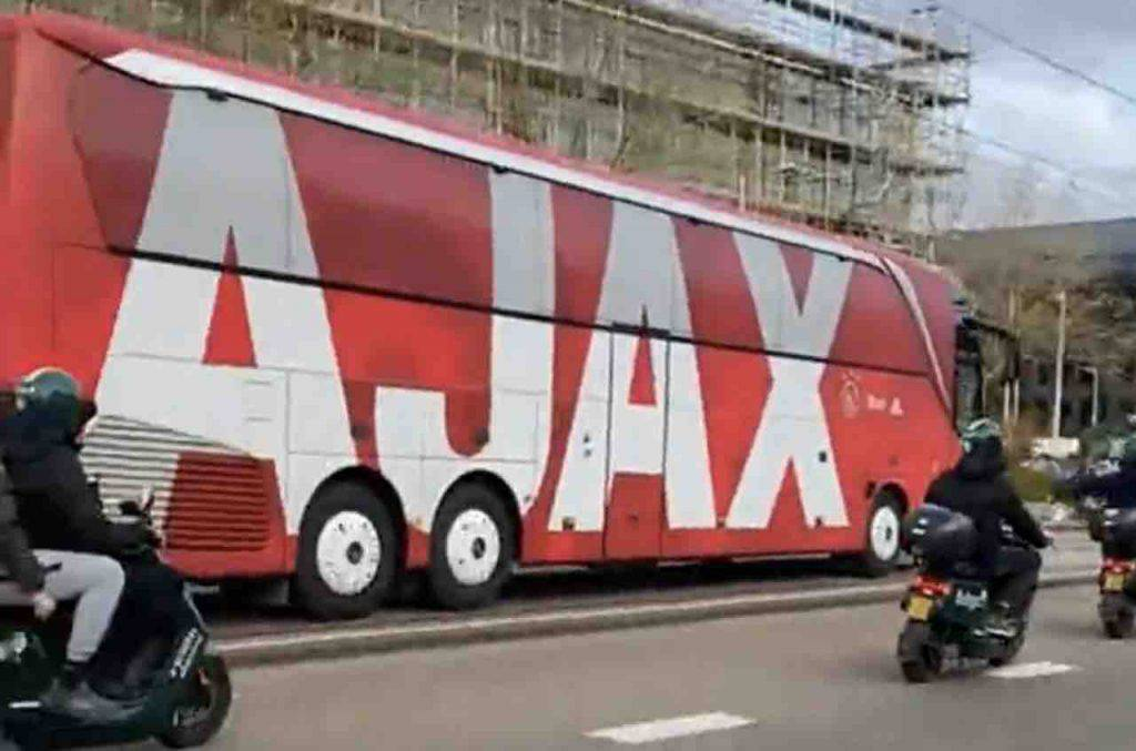 Ajax Roma tifosi seguono pullman stadio