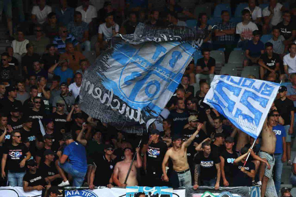 De Graafschap tifosi accompagnano la squadra con trattori