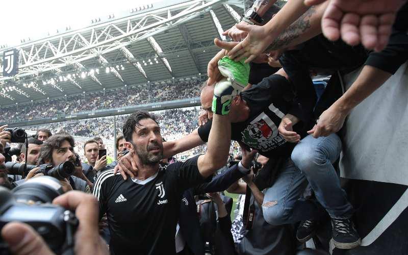 Gianluigi Buffon con i tifosi