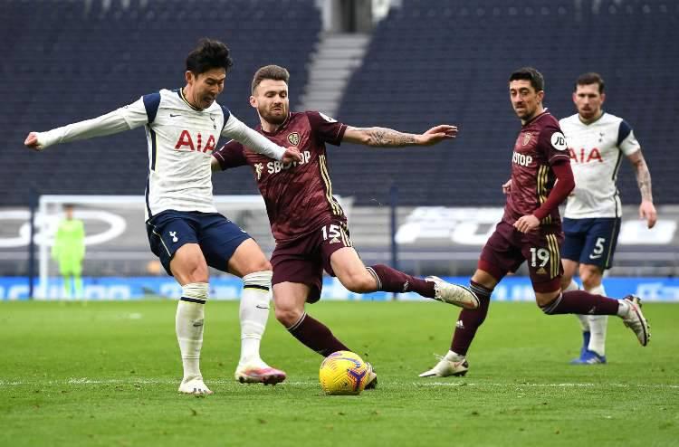 Leeds Tottenham, nella foto un duello fra Son e Dallas (foto Getty)