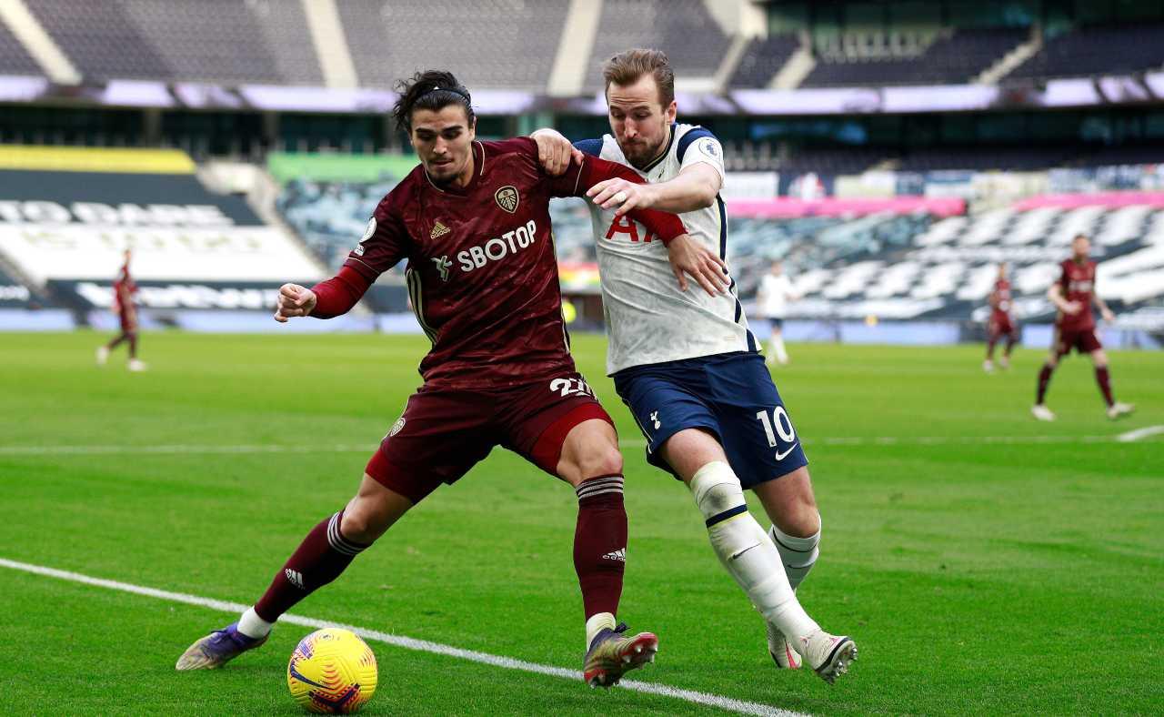 Formazioni Leeds Tottenham, Premier League: nella foto Struijk contro Kane (foto Getty)